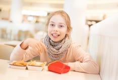 Ребенк девушки ребенка есть обедающий в ресторане фаст-фуда Стоковые Фото