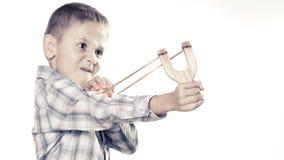 Ребенк держа рогатку в руках Стоковое фото RF