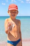 Ребенк держит медузу на пляже стоковые фото