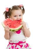 Ребенк есть арбуз изолированный на белизне Стоковое Изображение RF