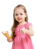Ребенк есть мороженое и показывая большой палец руки вверх Стоковые Изображения RF