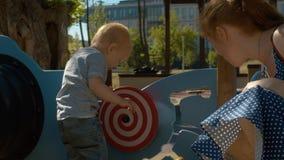 Ребенк закручивая гипнотический круг сток-видео
