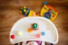 Ребенк играет пирамиду ребенок играя с взглядом игрушек сверху Стоковые Изображения RF