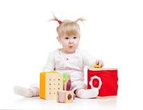 Ребенк играя блоки игрушки стоковые фото