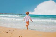 Ребенк играя на море Стоковая Фотография RF