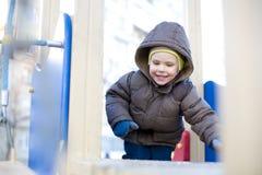 Ребенк играя на спортивной площадке Стоковые Изображения RF