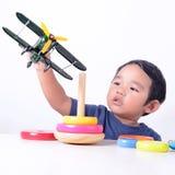 Ребенк играя с игрушками стоковые изображения