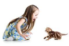 Ребенк играя с котенком кота Стоковое фото RF