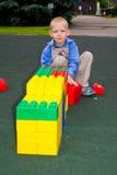 Ребенк играя с кубами Стоковая Фотография RF