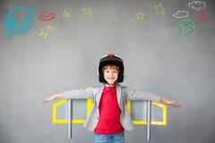 Ребенк играя с пакетом двигателя дома Стоковое Изображение RF