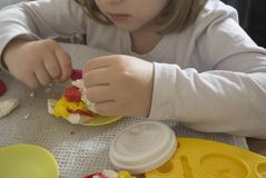 Ребенк играя с пластилином стоковое фото