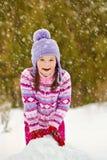 Ребенк играя с снеговиком Стоковые Фото