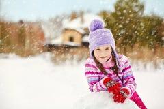 Ребенк играя с снеговиком Стоковая Фотография RF