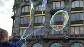 Ребенк играя steet пузырей мыла акции видеоматериалы