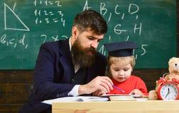 Ребенк изучает индивидуально с учителем, дома Индивидуальная обучая концепция Учитель и зрачок в mortarboard стоковые фотографии rf