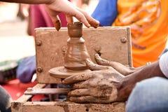 Ребенк используя колесо гончаров Стоковая Фотография RF