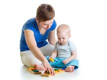 Ребенк и мать играя вместе с игрушкой головоломки Стоковые Изображения