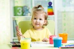 Ребенк крася дома Стоковые Изображения