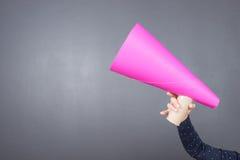 Ребенк крича через розовый бумажный мегафон Стоковая Фотография RF