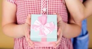 Примите это Доля и шедрость Спасибо так много Предпосылка подарочной коробки владением ребенка бежевая Подарок ребенк услаженный  стоковое фото