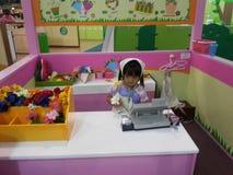 Ребенк магазина ФЛОРЫ Стоковая Фотография RF