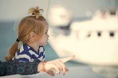 Ребенк мальчика малый с серьезными стороной и рукой матери стоковое изображение