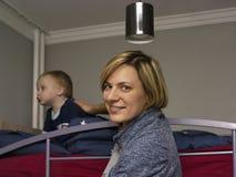 Ребенк матери утихомиривая стоковое фото rf