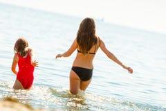 Ребенк маленькой девочки и мать женщины в морской воде Приколы Стоковое Изображение RF