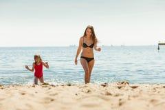 Ребенк маленькой девочки и мать женщины в морской воде Приколы Стоковая Фотография RF