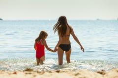 Ребенк маленькой девочки и мать женщины в морской воде Приколы Стоковое Фото