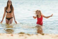 Ребенк маленькой девочки и мать женщины в морской воде Приколы Стоковые Изображения RF