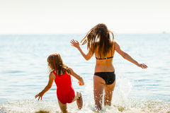 Ребенк маленькой девочки и мать женщины в морской воде Приколы Стоковое фото RF