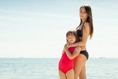 Ребенк маленькой девочки и мать женщины на пляже Стоковые Изображения