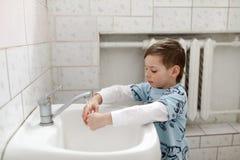 Ребенк моет его руки Стоковая Фотография RF