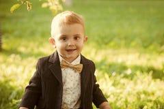 Ребенк наслаждается жизнью Мальчик с bowtie на естественном ландшафте, моде стоковые фотографии rf