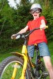 Ребенк на велосипеде играя супер велосипедиста Стоковые Изображения