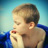 Ребенк на пляже Стоковые Изображения