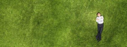 Ребенк ослабляя на траве стоковое фото rf