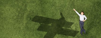 Ребенк ослабляя на траве стоковое изображение rf