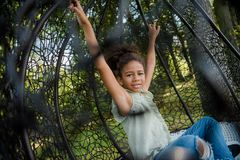 Ребенк отбрасывая на качании в парке Стоковое Изображение