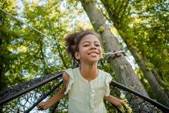 Ребенк отбрасывая на качании в парке Стоковая Фотография