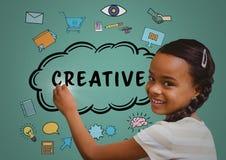 Ребенк писать творческие doodles на зеленой предпосылке стоковое фото rf
