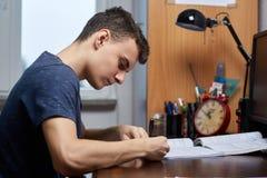 Ребенк подростка делая домашнюю работу Стоковые Фото