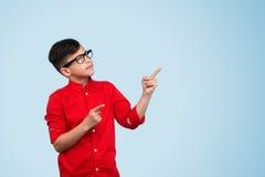 Ребенк показывать вверх на голубой предпосылке Стоковое Изображение RF