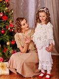 Ребенк при мать получая подарки под рождеством Стоковые Изображения