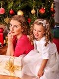 Ребенк при мать получая подарки под рождеством Стоковое Изображение RF