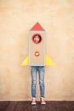 Ребенк при пакет двигателя играя дома Стоковые Изображения RF