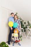 Ребенк при родители празднуя день рождения Стоковое Фото