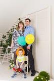 Ребенк при родители празднуя день рождения Стоковые Изображения RF