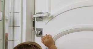 Ребенк раскрывает дверь видеоматериал